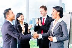 Ασιατικά χέρια τινάγματος Businesspeople Στοκ φωτογραφία με δικαίωμα ελεύθερης χρήσης
