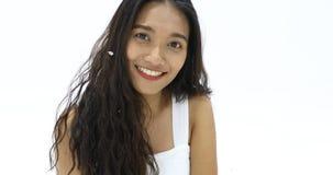 Ασιατικά χαμόγελο και κύμα γυναικών στη κάμερα απόθεμα βίντεο