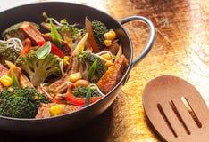 Ασιατικά ψημένα λαχανικά σε ένα wok Στοκ φωτογραφία με δικαίωμα ελεύθερης χρήσης