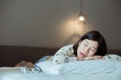 Ασιατικές γυναίκες που επειδή λόγω του κουρασμένου, θηλυκού snor κοισμένος ανοικτός το στόμα σας στην κρεβατοκάμαρα στοκ εικόνα με δικαίωμα ελεύθερης χρήσης