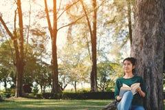 Ασιατικές γυναίκες που διαβάζουν ένα βιβλίο στη φύση Στοκ εικόνα με δικαίωμα ελεύθερης χρήσης