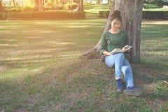 Ασιατικές γυναίκες που διαβάζουν ένα βιβλίο στη φύση Στοκ φωτογραφία με δικαίωμα ελεύθερης χρήσης