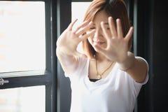 Ασιατικές γυναίκες που παρουσιάζουν χειρονομία χεριών στάσεων Στοκ Φωτογραφία