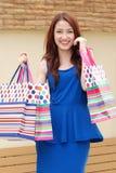 Ασιατικές γυναίκες στο κράτημα πολλής τσάντας αγορών στην υπεραγορά Στοκ Φωτογραφίες