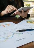 Ασιατικές λειτουργώντας γυναίκα και ταμπλέτα σε διαθεσιμότητα με την επιχειρησιακή περίληψη ή την έκθεση επιχειρηματικών σχεδίων  Στοκ Εικόνα