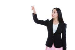 Ασιατικές επιχειρηματίες που πιέζουν το κουμπί οθονών επαφής με το διάστημα αντιγράφων Στοκ Φωτογραφίες