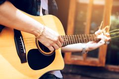 Ασιατικές κιθάρα παιχνιδιού ατόμων και χορδή σύλληψης στοκ φωτογραφία