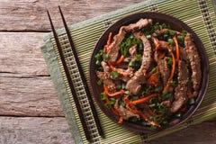 Ασιατικές φέτες βόειου κρέατος Bulgogi που τηγανίζονται με το σουσάμι στο πιάτο οριζόντιος Στοκ φωτογραφία με δικαίωμα ελεύθερης χρήσης