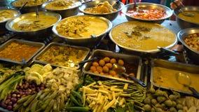 Ασιατική αγορά τροφίμων νύχτας Έτοιμος μαγειρευμένος έτοιμος να φάει παίρνει μαζί τα πιάτα απόθεμα βίντεο