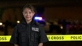 Ασιατική αμερικανική αστυνομικίνα που χαμογελά στη κάμερα απόθεμα βίντεο