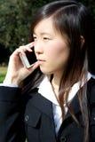 Ασιατική αμερικανική επιχειρησιακή γυναίκα στο τηλέφωνο στοκ εικόνα