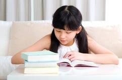Ασιατική ανάγνωση παιδιών Στοκ φωτογραφία με δικαίωμα ελεύθερης χρήσης