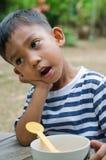 Ασιατική αναμονή παιδιών για να φάει το πρόγευμα Στοκ εικόνα με δικαίωμα ελεύθερης χρήσης