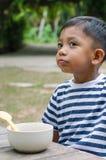 Ασιατική αναμονή παιδιών για να φάει το πρόγευμα Στοκ Εικόνα