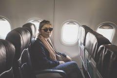 Ασιατική ανύπαντρη στο κάθισμα επιβατών του αεροπλάνου Στοκ Φωτογραφίες