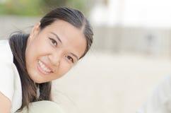 ασιατική γυναίκα άμμου παιχνιδιού κάστρων ευτυχής Στοκ εικόνες με δικαίωμα ελεύθερης χρήσης