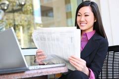 ασιατική γυναίκα ανάγνωσης επιχειρησιακών εφημερίδων Στοκ εικόνα με δικαίωμα ελεύθερης χρήσης