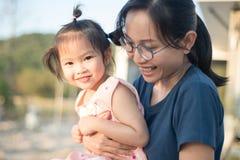 Ασιατική γυναίκα και ασιατική ευτυχία παιδιών από κοινού Στοκ Φωτογραφία