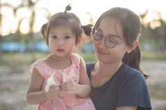 Ασιατική γυναίκα και ασιατική ευτυχία παιδιών από κοινού Στοκ Εικόνες