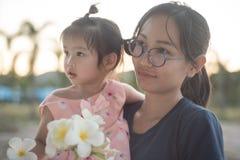 Ασιατική γυναίκα και ασιατική ευτυχία παιδιών από κοινού Στοκ εικόνες με δικαίωμα ελεύθερης χρήσης
