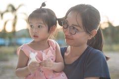 Ασιατική γυναίκα και ασιατική ευτυχία παιδιών από κοινού Στοκ φωτογραφία με δικαίωμα ελεύθερης χρήσης