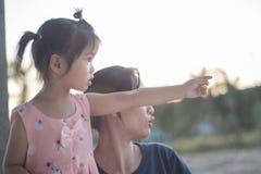 Ασιατική γυναίκα και ασιατική ευτυχία παιδιών από κοινού Στοκ φωτογραφίες με δικαίωμα ελεύθερης χρήσης