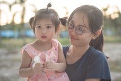 Ασιατική γυναίκα και ασιατική ευτυχία παιδιών από κοινού Στοκ Εικόνα