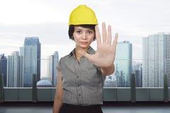 Ασιατική γυναίκα κατασκευής με τη χειρονομία στάσεων χεριών Στοκ φωτογραφία με δικαίωμα ελεύθερης χρήσης