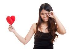 Ασιατική γυναίκα λυπημένη και κραυγή με την κόκκινη καρδιά Στοκ Φωτογραφία