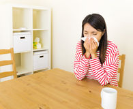 Ασιατική γυναίκα με την αλλεργία μύτης στοκ εικόνες