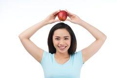 Ασιατική γυναίκα με την κόκκινη Apple Στοκ Φωτογραφίες