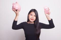 Ασιατική γυναίκα με τον υπολογιστή και piggy τράπεζα Στοκ φωτογραφία με δικαίωμα ελεύθερης χρήσης