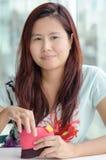 Ασιατική γυναίκα με το μικρό πορτοφόλι της στοκ φωτογραφία με δικαίωμα ελεύθερης χρήσης