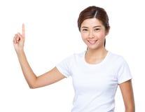 Ασιατική γυναίκα με το σημείο δάχτυλων επάνω Στοκ εικόνα με δικαίωμα ελεύθερης χρήσης