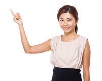 Ασιατική γυναίκα με το σημείο δάχτυλων επάνω Στοκ Φωτογραφίες
