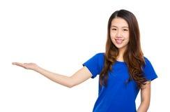 Ασιατική γυναίκα με το χέρι παρόν στοκ εικόνες με δικαίωμα ελεύθερης χρήσης