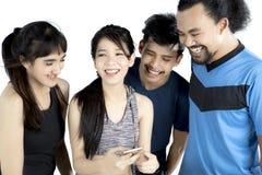 Ασιατική γυναίκα με το smartphone και οι φίλοι της Στοκ Εικόνες