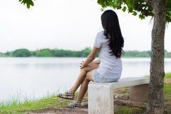 Ασιατική γυναίκα μόνη στο πάρκο Στοκ Φωτογραφίες