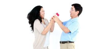 Ασιατική γυναίκα που δίνει ένα δώρο στο σύζυγό της απόθεμα βίντεο