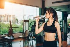Ασιατική γυναίκα που ασκεί στη γυμναστική Στοκ φωτογραφίες με δικαίωμα ελεύθερης χρήσης
