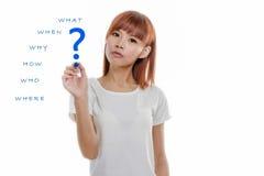 Ασιατική γυναίκα που γράφει τις ερωτήσεις wh- Στοκ Εικόνες
