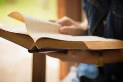 Ασιατική γυναίκα που διαβάζει σε ένα βιβλίο το εκλεκτής ποιότητας ύφος Στοκ Εικόνες