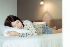 Ασιατική γυναίκα που επειδή λόγω κουρασμένος της εργασίας, θηλυκό snor κοισμένος ανοικτός το στόμα σας στο κρεβάτι στοκ φωτογραφίες