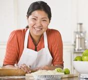 Ασιατική γυναίκα που κατασκευάζει την πίτα. στοκ εικόνα με δικαίωμα ελεύθερης χρήσης