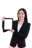 Ασιατική γυναίκα που κρατά την ψηφιακή ταμπλέτα και το χαμόγελο Απομονωμένος στο μόριο στοκ εικόνα με δικαίωμα ελεύθερης χρήσης