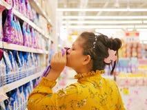 Ασιατική γυναίκα που μυρίζει/που επιλέγει το υγρό αποσκληρυντικό στοκ φωτογραφία με δικαίωμα ελεύθερης χρήσης