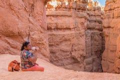 Ασιατική γυναίκα που παίρνει ένα σπάσιμο και ένα πόσιμο νερό στο ίχνος Στοκ Εικόνες