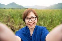 Ασιατική γυναίκα που παίρνει ένα selfie με το smartphone στοκ φωτογραφία με δικαίωμα ελεύθερης χρήσης