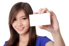 Ασιατική γυναίκα που παρουσιάζει επαγγελματική κάρτα στοκ φωτογραφία