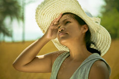 Ασιατική γυναίκα που φορά ένα καπέλο υπαίθριο μια καυτή ηλιόλουστη θερινή ημέρα στοκ εικόνα με δικαίωμα ελεύθερης χρήσης